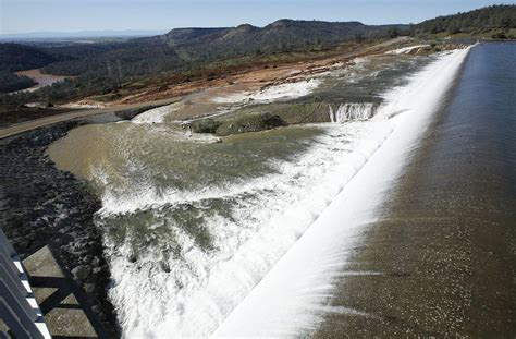 Thousands evacuated amid spillway scare at Oroville Dam
