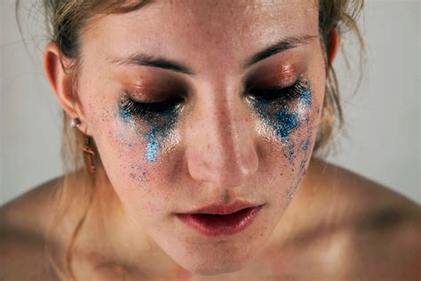 5 Glittery Images That Depict Unrealistic Beauty Standards