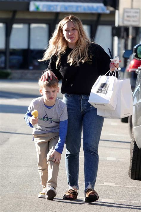 Hilary Duff juggles dinner bags and ice cream while